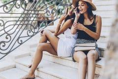 Femmes parlant avec des amis au téléphone Image stock