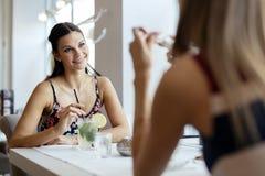 Femmes parlant dans le restaurant Images stock