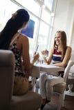 Femmes parlant dans le restaurant Photos stock