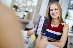 Femmes parlant dans le restaurant Images libres de droits