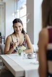 Femmes parlant dans le restaurant Photo stock