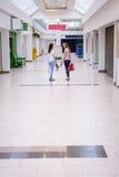 Femmes parlant entre eux tout en marchant dans le centre commercial Photographie stock libre de droits