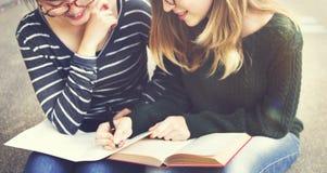 Femmes parlant l'amitié étudiant le concept de séance de réflexion images libres de droits