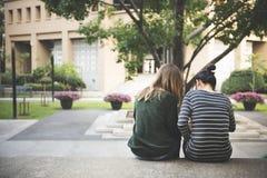Femmes parlant l'amitié étudiant le concept de séance de réflexion Photographie stock