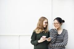 Femmes parlant le concept de technologie de connexion d'amitié Photo libre de droits