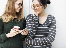 Femmes parlant le concept de technologie de connexion d'amitié Image stock