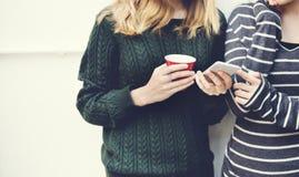 Femmes parlant le concept de technologie de connexion d'amitié Image libre de droits