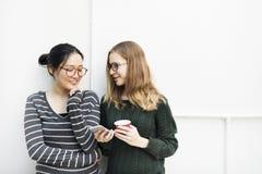 Femmes parlant le concept de technologie de connexion d'amitié Images stock