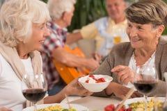 Femmes parlant pendant le dîner Photo libre de droits