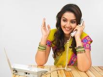 femmes parlantes de téléphone asiatique Images stock