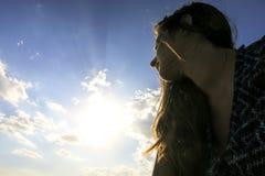 Femmes pensant sur le soleil Photographie stock