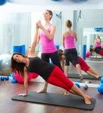 Femmes personnels aérobies d'instructeur d'avion-école de Pilates photos stock