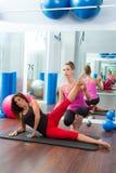 Femmes personnels aérobies d'instructeur d'avion-école de Pilates Image libre de droits