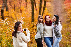 Femmes photographiant dans la forêt Image stock