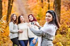 Femmes photographiant dans la forêt Images libres de droits