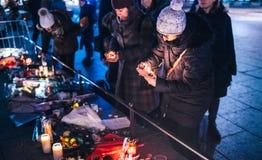 Femmes pleurant dans des habitants de Strasbourg versant l'hommage sur des victimes de photographie stock libre de droits