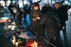 Femmes pleurant dans des habitants de Strasbourg versant l'hommage sur des victimes de image libre de droits