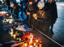 Femmes pleurant dans des habitants de Strasbourg versant l'hommage sur des victimes de photographie stock