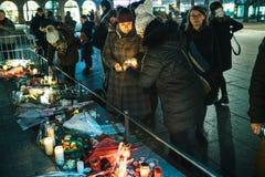 Femmes pleurant dans des habitants de Strasbourg versant l'hommage sur des victimes de image stock