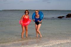 Femmes plus âgés actifs à la plage Photographie stock
