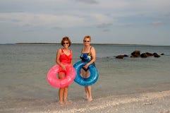 Femmes plus âgés actifs à la plage Image stock