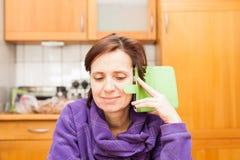 Femmes plus de 40 avec le téléphone Image stock