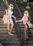 Femmes portant des sacs à provisions Photos libres de droits