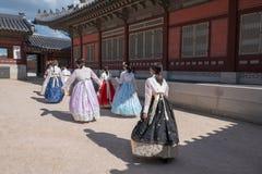 Femmes portant Hanbok au palais de Gyeongbokgung, Séoul photo libre de droits