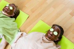 Femmes portant le masque facial Photographie stock libre de droits