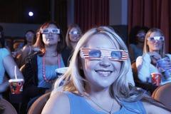 Femmes portant les lunettes à trois dimensions dans le théâtre Photographie stock libre de droits
