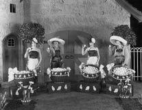 Femmes posant avec les paniers énormes des oeufs (toutes les personnes représentées ne sont pas plus long vivantes et aucun domai photo stock