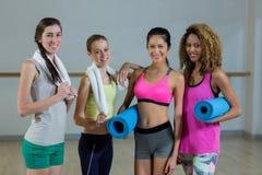Femmes posant dans le studio de forme physique Photographie stock
