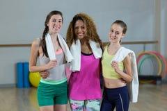 Femmes posant dans le studio de forme physique Photo stock
