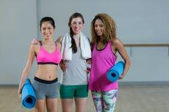 Femmes posant dans le studio de forme physique Photos libres de droits