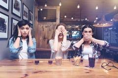 Femmes positives avec plaisir jouant un jeu Photographie stock