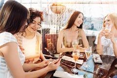 Femmes positives avec plaisir se réunissant au restaurant Photos libres de droits