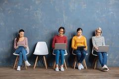 Femmes positives gaies employant la technologie moderne Photos libres de droits
