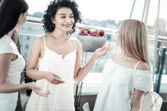 Femmes positives heureuses ayant une conversation Image libre de droits