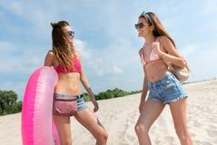 Femmes positives se tenant sur la plage Photos libres de droits