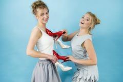 Femmes présent des chaussures de talons hauts Photo stock
