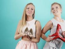 Femmes présent des chaussures de talons hauts Photo libre de droits