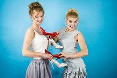 Femmes présent des chaussures de talons hauts Image libre de droits