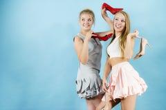 Femmes présent des chaussures de talons hauts Photos stock