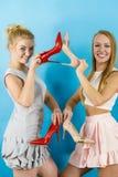 Femmes présent des chaussures de talons hauts Images libres de droits