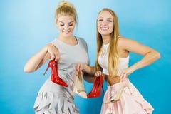 Femmes présent des chaussures de talons hauts Photos libres de droits