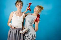 Femmes présent des chaussures de talons hauts Photographie stock