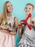 Femmes présent des chaussures de talons hauts Photographie stock libre de droits