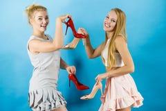 Femmes présent des chaussures de talons hauts image stock