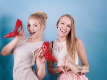 Femmes présent des chaussures de talons hauts Images stock