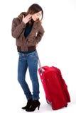 Femmes prêts pour la course et regarder son bagage image stock